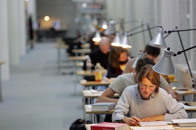 Studierende in der Bibliothek am arbeiten.
