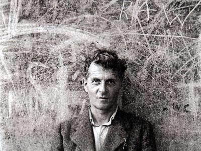 Ludwig Wittgenstein vor einer Wandtafel